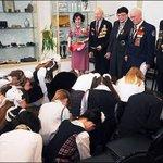 Школьников поставили на колени перед ветеранами войны.  БЛЯДЬ ЧТО ЗА ПИЗДЕЦ ТВОРИТСЯ В ЭТОЙ СТРАНЕ?! http://t.co/dsCcxUl5ol