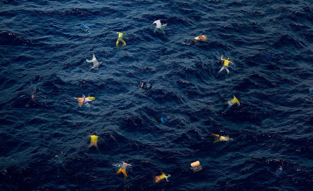 هكذا تبدو #أوروبا اليوم، الرحمة للذين تسلل الموت إلى أجسداهم غرقاً، رويداً رويداً .. http://t.co/8fm11Lai7a