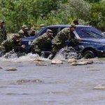 Militares ayudan a un hombre a llevar su carro de #Venezuela a #Colombia a través del río Táchira. Vía @AFPespanol http://t.co/sIuSOF1K2B