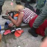 Abuelita muerta en el tumulto del Mercal de Sabaneta de Barinas. Ahora es esta foto la que impacta al mundo. http://t.co/JQUT1WFPj5