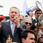 .@AlvaroUribeVel deja a un lado diferencias y apoya medidas de @JuanManSantos en la frontera http://t.co/iEZLjbVrLt http://t.co/XnVzECqaZC