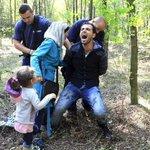 #Ungheria. Agenti arrestano famiglia di profughi siriani. Benvenuti in Europa. http://t.co/WJJOIT3zP8 #noborders http://t.co/aCqyyCVrIm