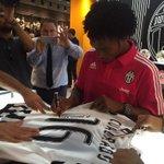 ...e poi le firme e lincontro con i tifosi #CuadradoDay http://t.co/1kU9jInpvz