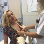 Lisa Fusco fa una spaccata in diretta ma le curano il gomito. Un altro caso di malasanità http://t.co/Y3GZXpAoto
