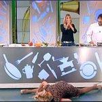 Sto ridendo da Mezzogiorno. Come cazzo fai a romperti il gomito facendo una spaccata? #lisafusco http://t.co/oMBJzAyuM4