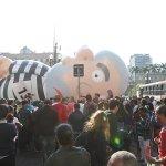 Boneco inflável de Lula é rasgado e gera confusão no centro de São Paulo: http://t.co/t8YN7QnscX http://t.co/VME1qhf8ab