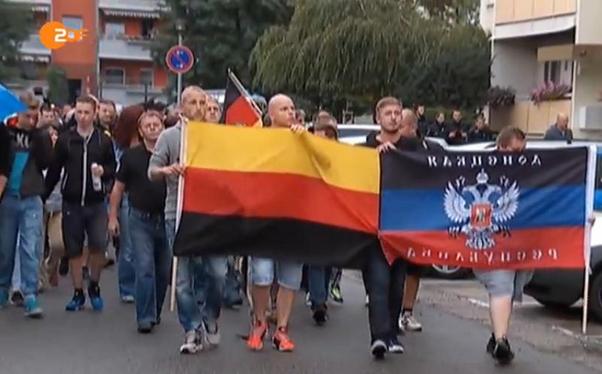 """У сутичках з ними постраждало 22 німецьких копа. Так от. На фото ці """"Хайль Гітлер"""" та прапор терористичної орг. ДНР http://t.co/N45yrSiJAs"""