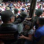 #RCNenlaFrontera Venezolanos en Colombia sienten vergüenza por las medidas de Maduro. http://t.co/brCb0sRtf8 http://t.co/CtxN0olJAw