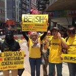 Kelihatan penyokong berbangsa Cina, Melayu, India... Semua tuntut negara Malaysia yg lebih adil & bersih. #bersih4 http://t.co/5aWnW8nPk5