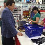 Прежде чем отправиться в Донбасс,Кобзон купил на границе, в ростовском магазине,подарки - несколько коробочек духов. http://t.co/VsFUKrJHDb