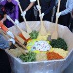 8.29 제3회 #성남시 민과 함께 즐기는 세계문화비빔축제가 열렸다 #노인복지과 분당노인종합복지관에서도 부스로 참여하였다. 수익은 네팔돕기에도 쓰인다니 뜻깊은 행사. http://t.co/DFgNJx0DwY