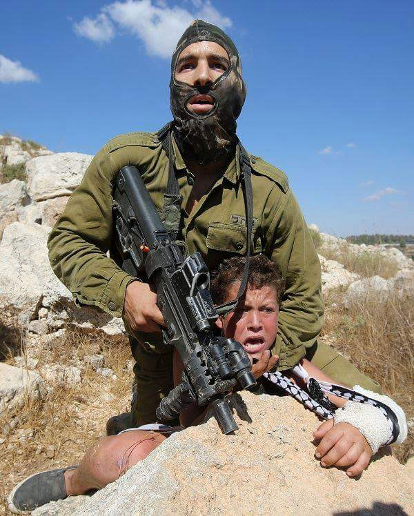Israeli soldier violently capturing Palestinian boy with broken arm. Who is the #terrorist? #Israel #bds #Palestine http://t.co/DWd1nAVmjB