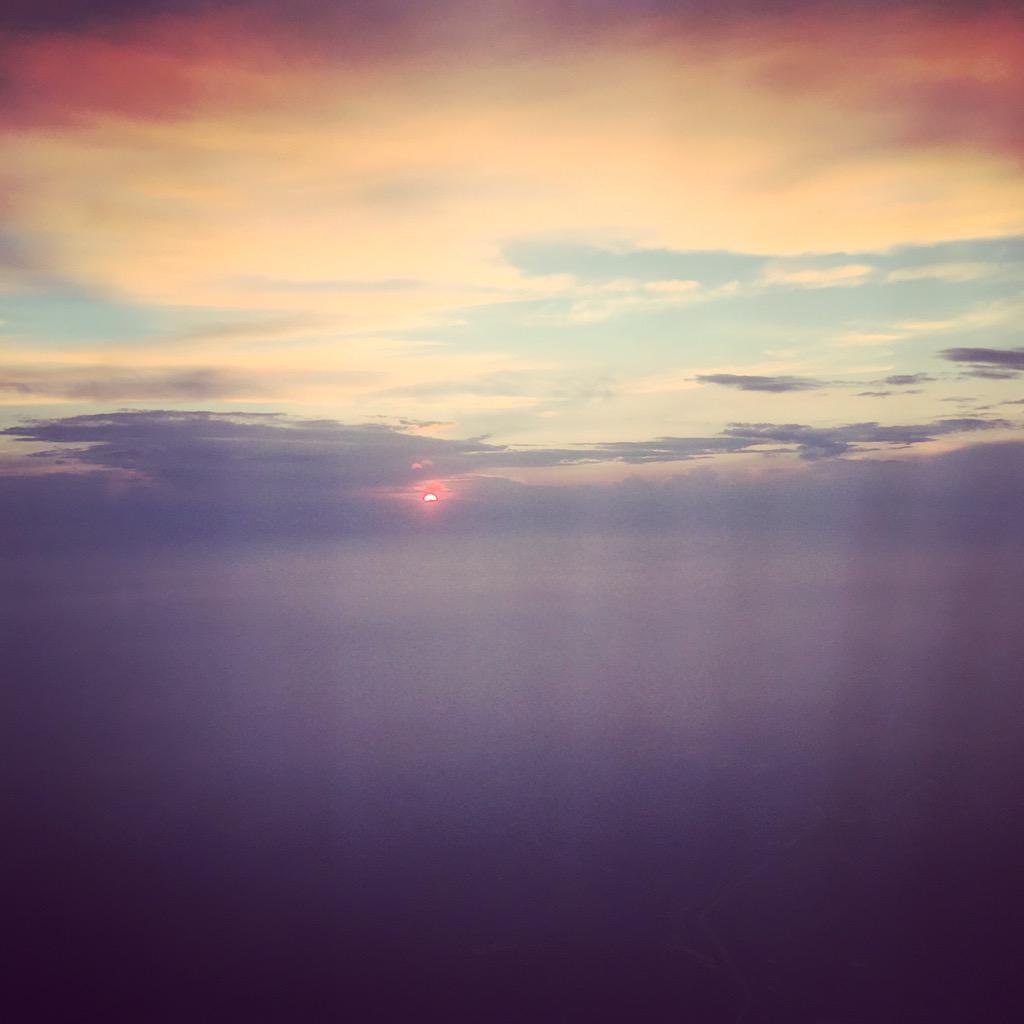 小王子说:你知道的,人一悲伤起来就喜欢看日落。 http://t.co/yVph1WEzzt