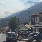 Así se observa el incendio del cerro de Iguaque a esta hora desde Villa de Leyva. http://t.co/VONzciAGNf