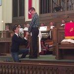 VIDÉO - Mariage #gai: il fait sa demande dans une église, les fidèles les ovationnent #LGBT http://t.co/Iw5oICZ9vC http://t.co/4CxrwDUl4n