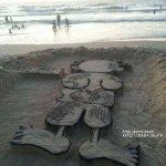الفنان الفلسطيني أسامة اسبيتة يحيي ذكرى استشهاد #ناجي_العلي بنحت شخصية حنظلة على رمال شاطئ بحر #غزة http://t.co/FlfVXpLVn2