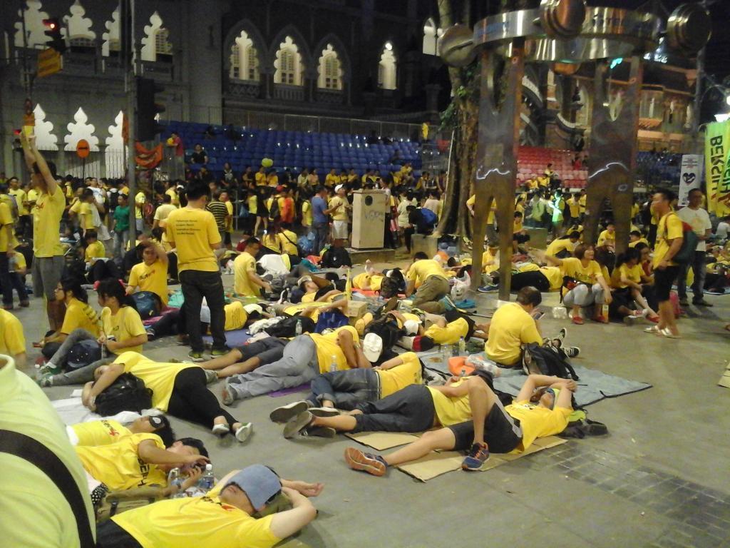 A night out camping in the streets of KayEL  #bersih4 @bersih2 http://t.co/rLMXUJk4vl