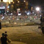 رمي الاحجار،المواد الصلبة وعبوات المياه على عناصر #قوى_الأمن في ساحة رياض الصلح. #لبنان http://t.co/WkU8jsTWnU