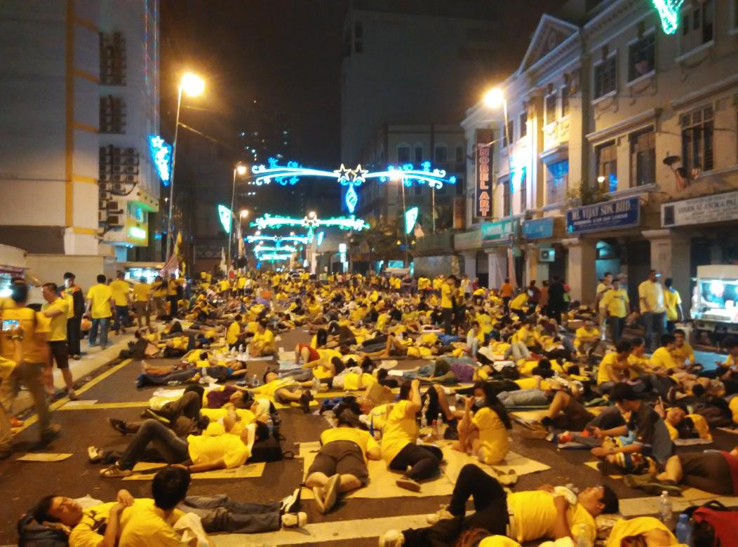 It's 0210hrs .. It's rest time for our Rakyat Malaysia .. We warm the city with our hearts @bersih2 #bersih4 http://t.co/KEZivbKZaj