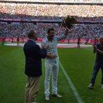 Bayern homenajeó a Claudio Pizarro. http://t.co/efm3ft6X9k