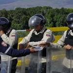¡¡Ejemplo de Humanidad!! Bomberos Colombianos ofrecen alimentos a policías Venezolanos en la frontera.. http://t.co/1SeV1Egql5