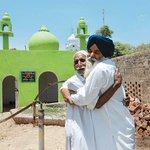 رجل يعتنق الديانة السيخية يبني مسجداً لصديق عمره المسلم بعدما رآه لا يجد مكاناً يصلي فيه. هكذا يبدو العالم أجمل. http://t.co/XQClBoSSQV