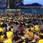 Indahnya. Orang Islam sempat menunaikan solat manakala non Muslim beri ruang & hormati mereka. #Bersih4 http://t.co/KxgIsXxQ9d
