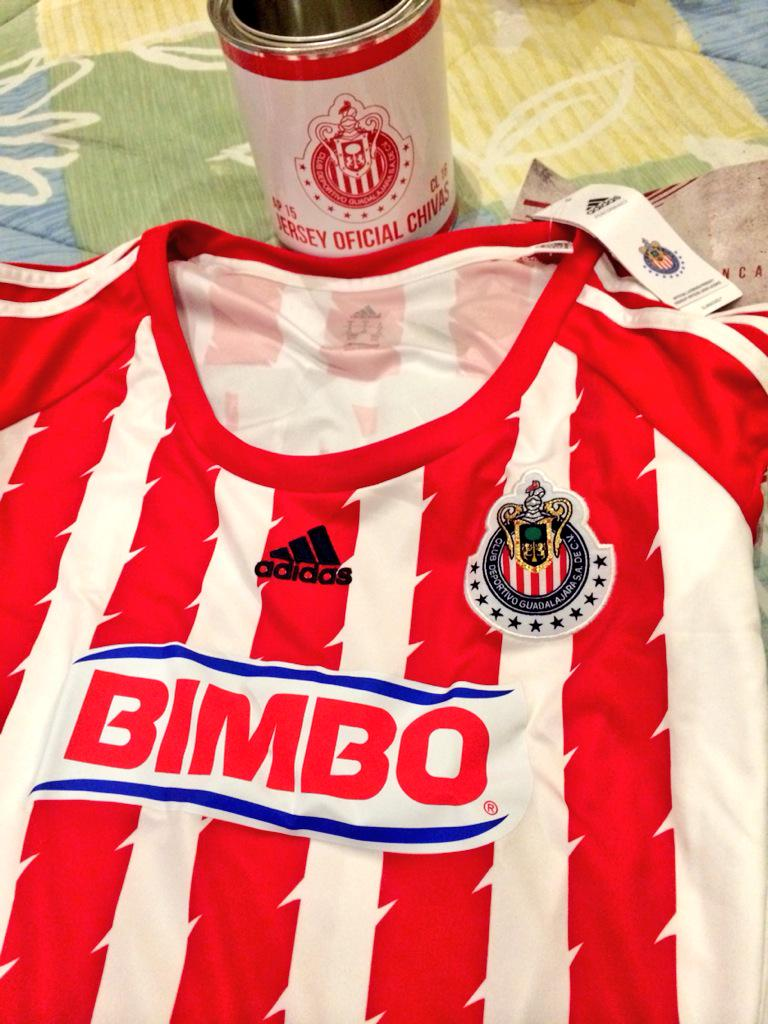 Valeria Marín (@ValMarinR): Nada como llegar a mi casa y encontrarme con esto... DETALLAZO @Chivas Gracias!!!