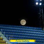 La luna llena, desde el estadio Ramón de Carranza de Cádiz (España) - @El_Universo_Hoy http://t.co/IIOyyiv5Xa