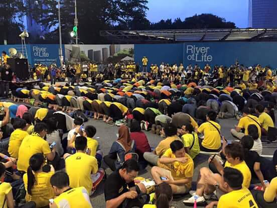 Non-Muslims gave space & kept silent while the Muslims pray at #Bersih. When we get it right Msia is beautiful. http://t.co/RzWyXYD5Z2