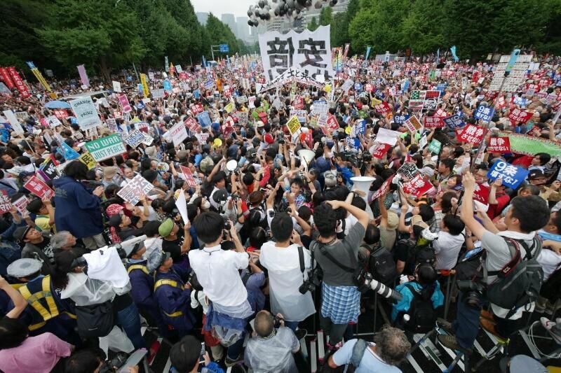 国会前が凄い事になってる!! 声をあげられている皆様、ありがとうございます。 全国でも多くの人が怒りの声をあげています。1人でも多くの無関心の方々に届きますように! http://t.co/HC9bqnwR7K