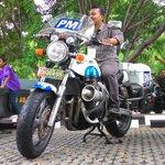 Salah seorang warga Aceh sedang mencoba motor PM di #PameranKodamIM http://t.co/XiOEpowZCj