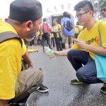 Sorg lelaki Cina sedang membantu seorang lelaki Melayu Islam mengambil wudhuk utk solat Asar. #bersih4 @501Awani http://t.co/ygAzcpqyLo