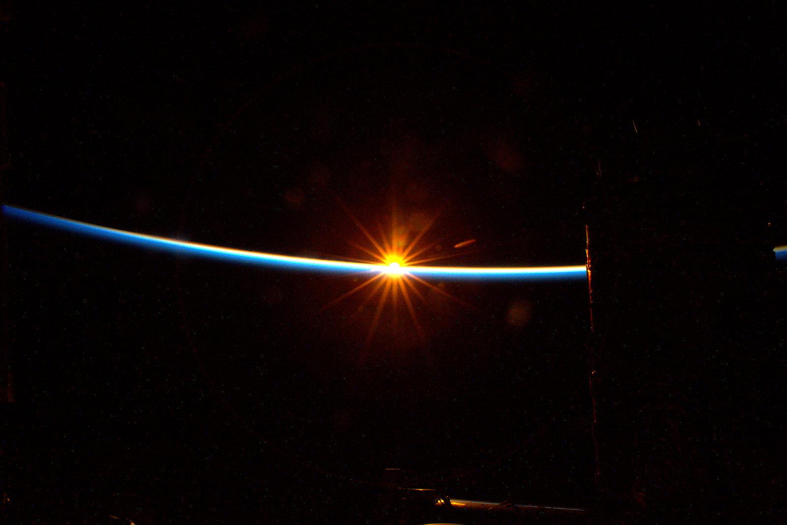 #GoodMorning sunshine! Be with me for the next 45 minutes. #YearInSpace http://t.co/UbCHpc2NJS