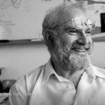 Breaking news: Oliver Sacks, the neurologist and acclaimed author, has died at 82 http://t.co/0c0hldF2bj http://t.co/4Gf6f5UEtY