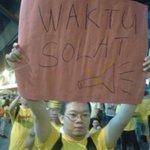 Peserta #bersih4 bukan Islam menjulang sepanduk ini. Rakannya pula umum henti acara bagi hormati masuk waktu Maghrib http://t.co/KQQp96ZA1T