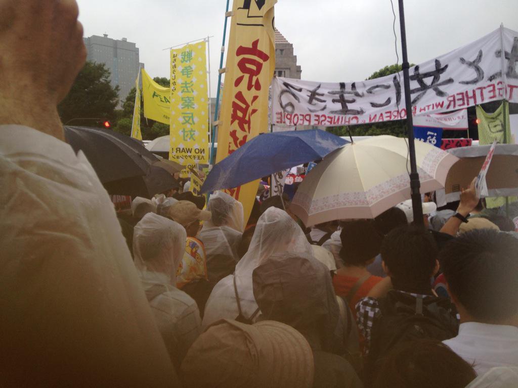@iwakamiyasumi @arublogdokusya 午後四時の主催者発表は12万人だが、その後も国会正門を目指す人たちが詰めかけていた。60年全学連、70年全共闘、冷戦終結以来、聞こえなかった「主権者の声」が聞こえ始めた。 http://t.co/Szrdup7ks2