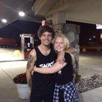 Louis wczoraj z fankami na stacji benzynowej http://t.co/oNGB4BKMlB