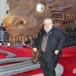 Существо, предвещающее смерть, способное уничтожить весь Вестерос и всех кого ты любишь. И дракон. http://t.co/eFqH2YGHZ3