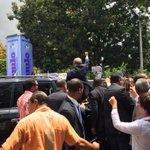 @DaniloMedina detiene su vehículo sale del mismo y procede a saludar a integrantes del @ELPUEBLOMANDAPM http://t.co/0DpZvvBUTR