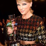 Taylor and her moon man during pre show for best pop video! #VMAs http://t.co/5M8406CZF4