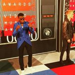 OMI arrives to the MTV #VMAs2015 on Taylor Swifts private jet for his nomination of #Cheerleader, OMI is from Jamaica http://t.co/NrYhdCfmYM