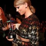 Our girl has her Best Pop Video award in hand!! 1 down, 8 to go! #VMAs #WildestDreams http://t.co/Q5DoGtOcIq