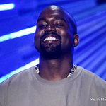 Taylor Swift presents @kanyewest with the Video Vanguard Award at the VMAs http://t.co/uI0381sap5 http://t.co/1hE8465XfS