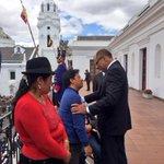 VP @JorgeGlas saluda a los invitados al cambio de Guardia Presidencial, que se realiza desde la Plaza Grande #Quito http://t.co/G8EFI8oQgP