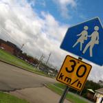 Les élèves sont en danger autour des écoles. Et les responsables sont souvent... les parents. http://t.co/WO1cM5Ly8E http://t.co/oeu9nPl8CA