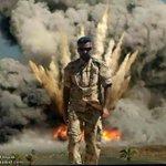 ليس في فيلم من افلام هولويود انها صورة لمقاتل عراقي في وحدة هندسية التقطت له اثناء انفجار عبوة مزدوجة #سيلفي #داعش http://t.co/fG2FFy6Fut