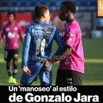 El famoso dedo del chileno Gonzalo Jara en el partido entre #Independiente y #Emelec » http://t.co/Tn5Gdt23TQ http://t.co/Ne6KpfeKDh