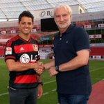 El Bayer Leverkusen oficializó la contratación de Javier Chicharito Hernández hasta 2018 http://t.co/Loms0sXQB9