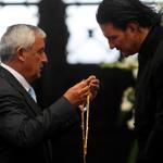 . @Ricardo_Arjona renuncia a condecoración y pide la renuncia de @ottoperezmolina http://t.co/Vn0Fyw5CUg http://t.co/gLNEzjDDxb
